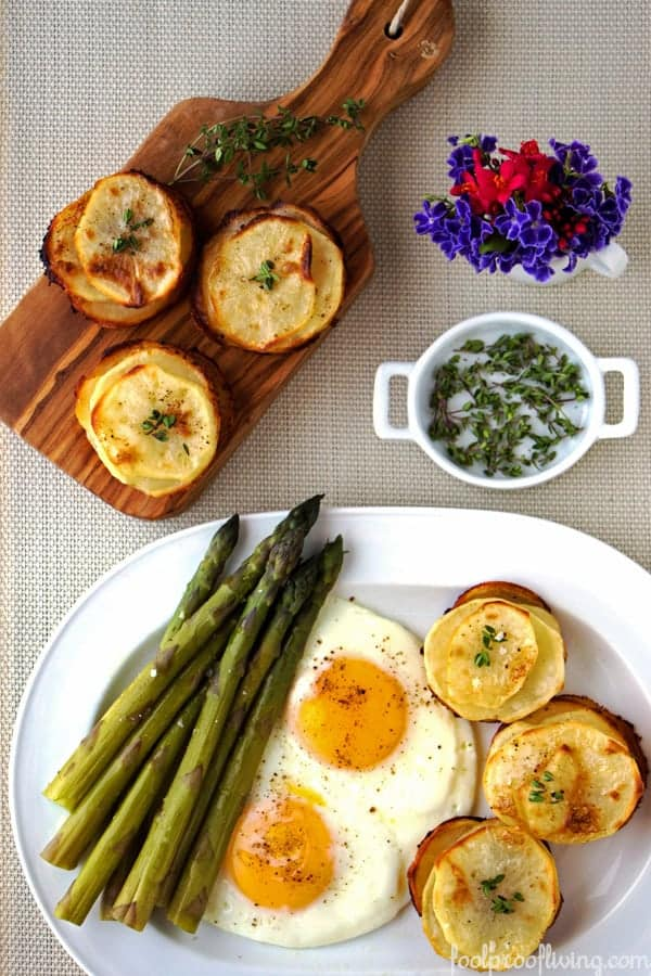 Muffin potatoes served with eggs