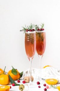 Clementine Cranberry Prosecco Cocktail: An easy to make cranberry and clementine flavored prosecco cocktail recipe for all your upcoming holiday parties.