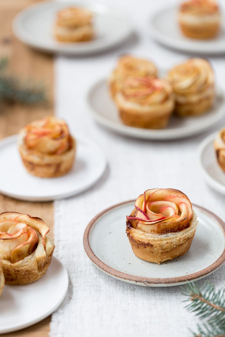 How to make apple roses - Freshly baked apple roses are photographed on small plates.
