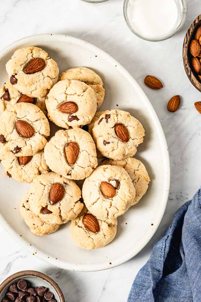 Almond flour cookies with chocolate chips - Simple Chocolate desserts