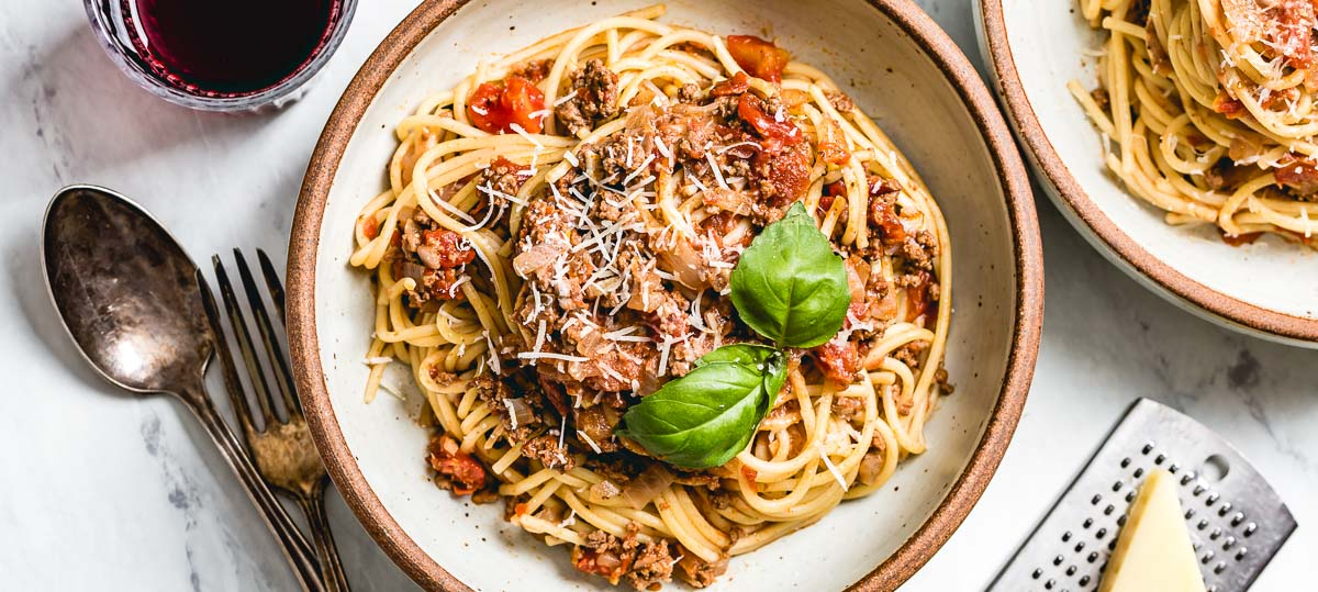 Easy Dinner Recipes - A bowl of Spaghetti bolognese